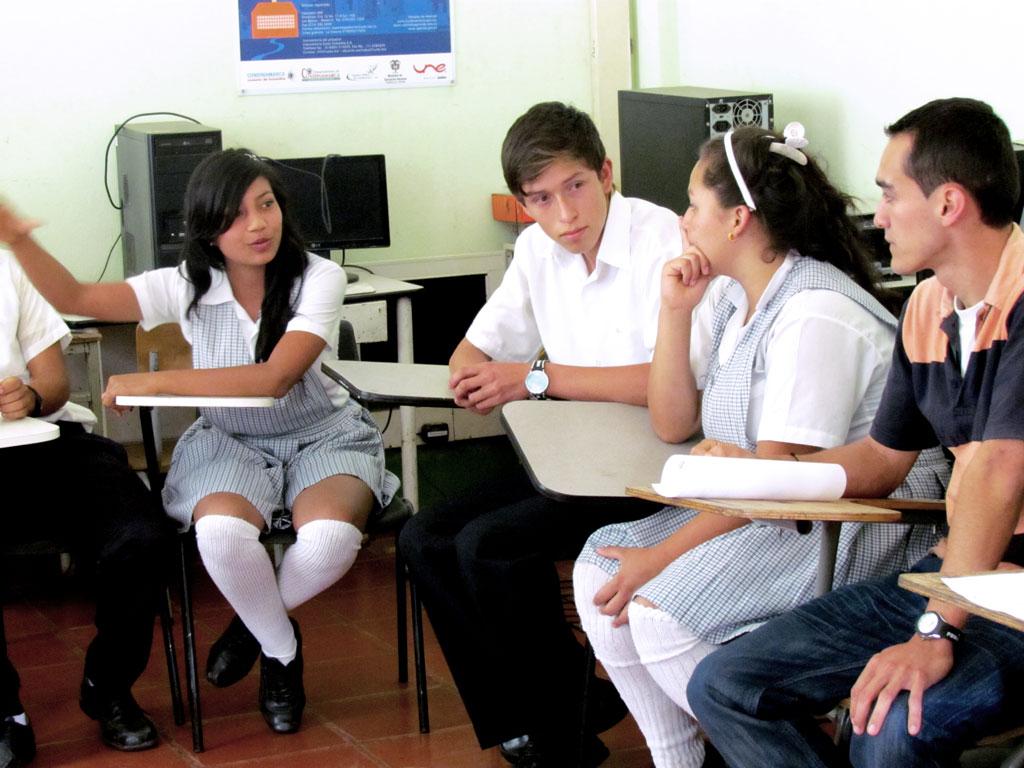 estudiantes debatiendo